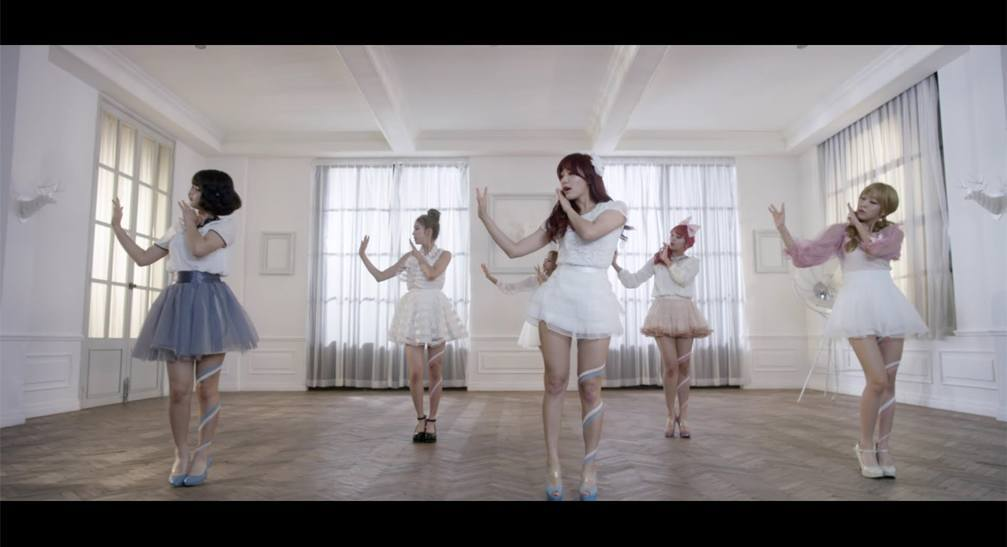 "Laboum son bonitas muñecas en nuevo video ""What About You"""